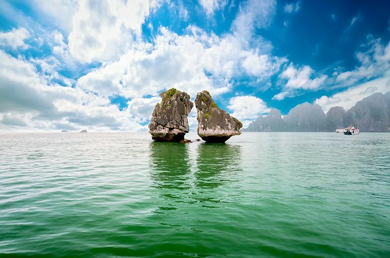 ผลการค้นหารูปภาพสำหรับ เกาะไก่จูบกัน ha long  vietnam